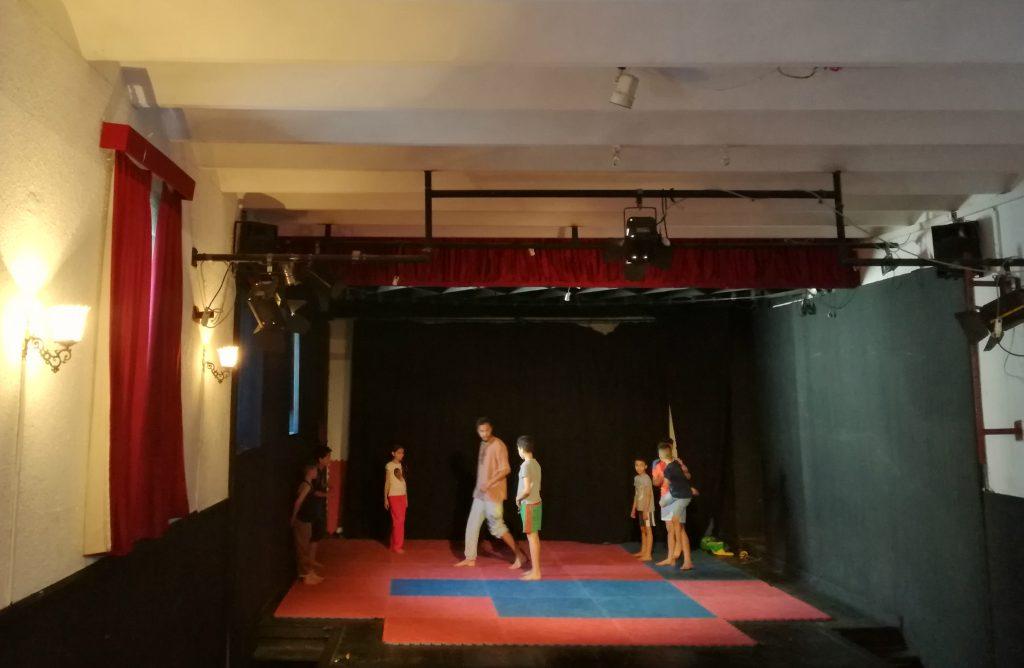 Sur la scène du théâtre Darna, les enfants et les adolescents profitent d'activités culturelles. Crédit : Houria Mabrouk.