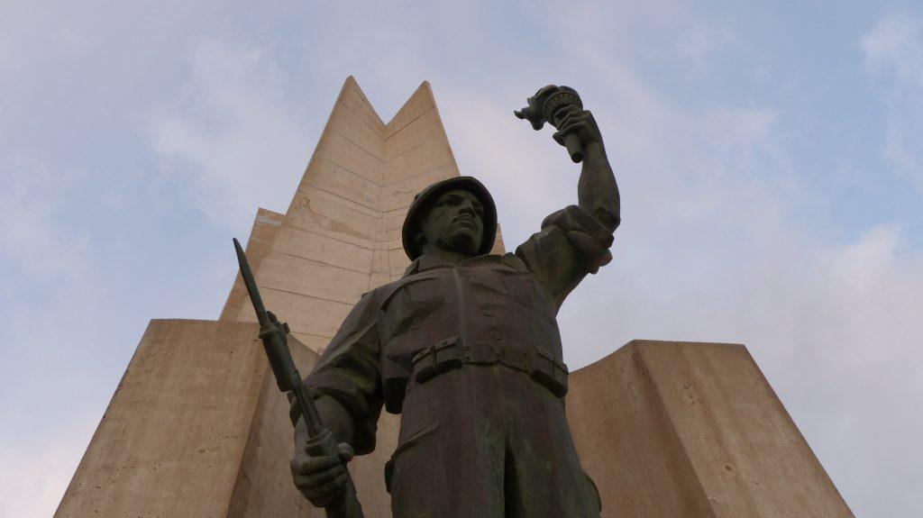 Au pied du monument du Martyr. Crédit : Samia Benzaïd.